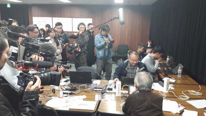 일본 도쿄에서 열린 UEC 주최 세계컴퓨터바둑대회에서 중국 줴이와 일본 딥젠고 대국을 중국,일본 언론이 취재하고있다. <사진=감동근 아주대 교수 제공>