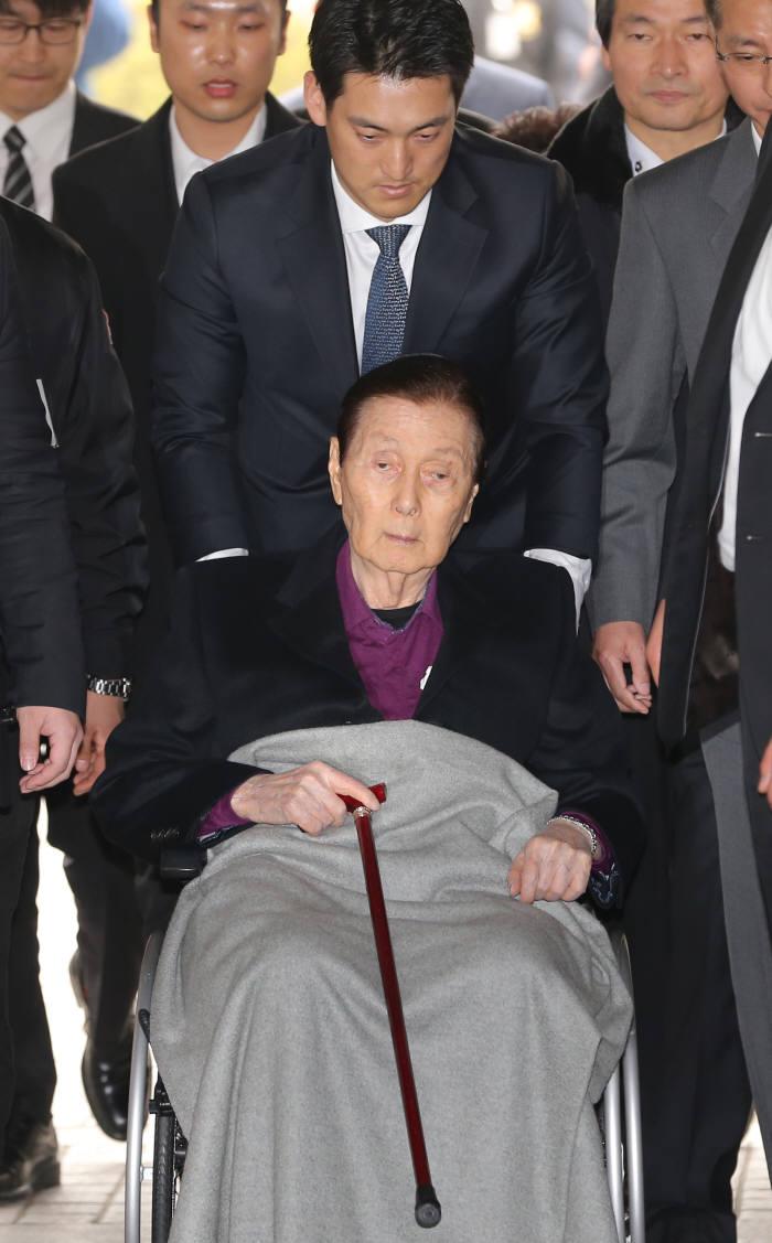 20일 오후 휠체어를 타고 법정에 출석하는 신격호 롯데그룹 총괄회장.