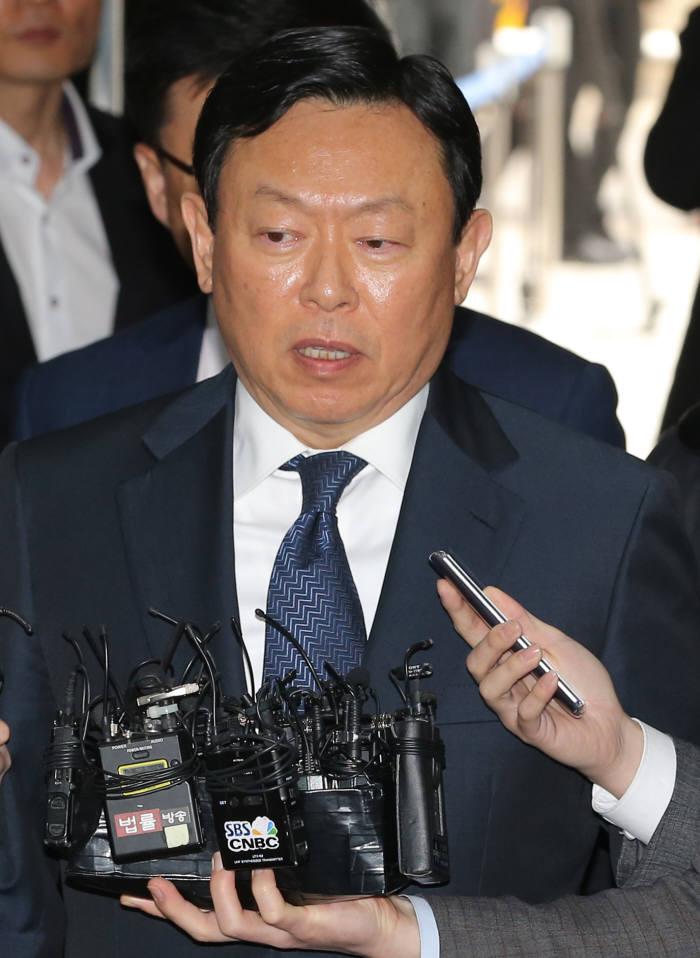 20일 법원에 출석해 기자들의 질문에 답변하고 있는 신동빈 롯데그룹 회장.
