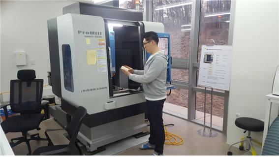 K ICT 디바이스랩 판교 팹 직원이 컴퓨터수치제어(CNC) 조각기로 시제품을 제작하고 있다.