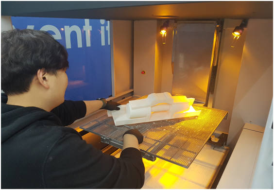 K ICT 디바이스랩 판교 팹 직원이 시제품을 제작하고 있다.