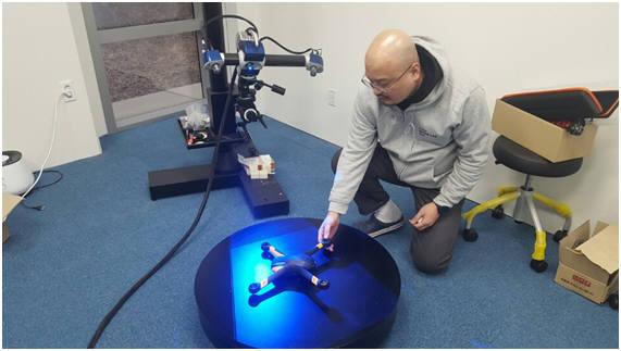 K ICT 디바이스랩 판교 팹 직원이 3D 스캐너로 시제품을 제작하고 있다.