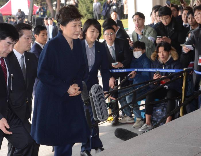 박근혜 전 대통령이 21일 검찰에 출두하고 있다. <사진공동취재단>