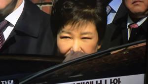 {htmlspecialchars([朴 전 대통령 영장심사]박 전 대통령, 10시 삼성동 집에서 출발...지지자들에게 간단히 인사)}