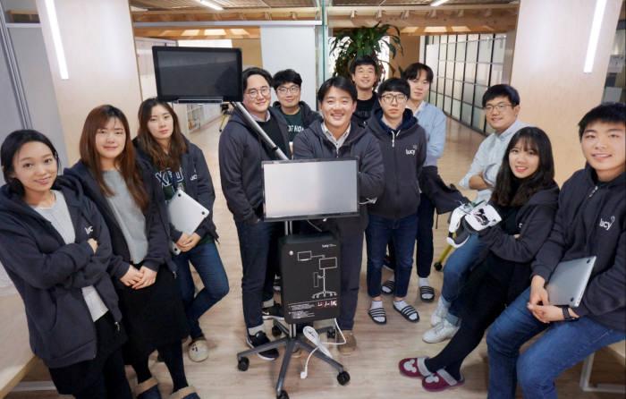 채용욱 대표(왼쪽 다섯번째) 등 룩시드랩스 임직원이 시선-뇌파 정보 기반의 VR 사용자 감정 분석 시스템 전문 글로벌 기업으로의 도약을 다짐하고 있다.