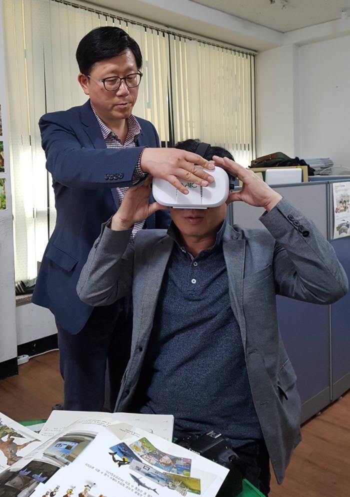 김상국 한울네오텍 부사장이 자사가 개발한 VR기반 재난체험콘텐츠를 시연해보이고 있다.