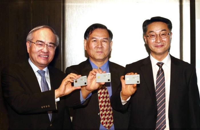 옌이하우 엘랜마이크로일렉트로닉스 대표, 린우슈 대만 진코유니버설, 김동수 KSID 대표가 지문인식카드를 들어보였다.(왼쪽부터)
