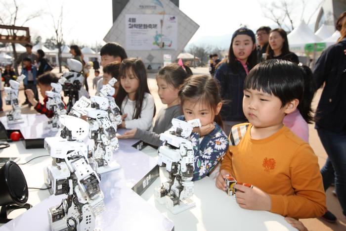 [과학 핫이슈]봄 길 수놓는 4월 과학 축제