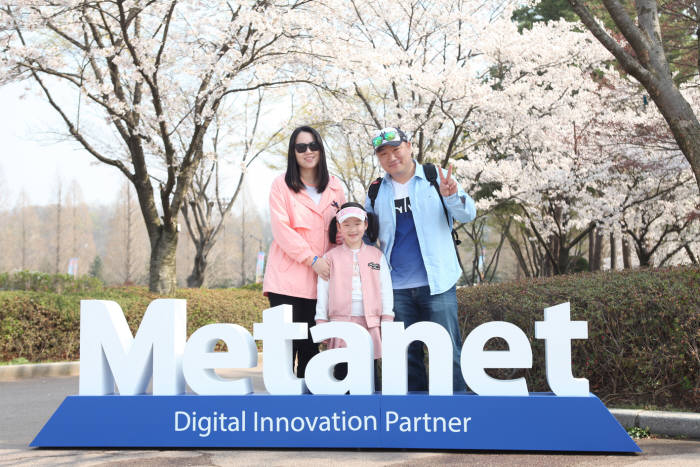 메타넷 한 직원 가족이 2017 메타넷 패밀리 피크닉 행사에 참석해 기념 촬영을 하고 있다
