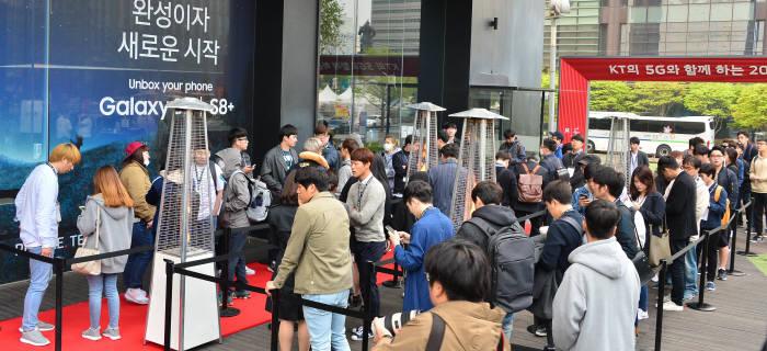 지난 18일 갤럭시S8 사전 개통행사가 열린 광화문 KT스퀘어 앞에 다수 예약가입자가 개통을 기다리고 있다. 김동욱기자 gphoto@etnews.com