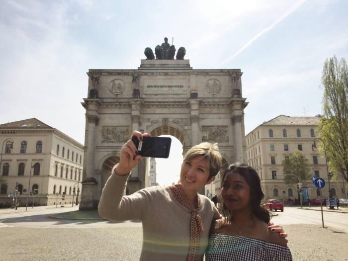 독일 뮌헨에 위치한 개선문 앞에서 모델들이 LG G6로 셀프 카메라를 촬영하고 있다.