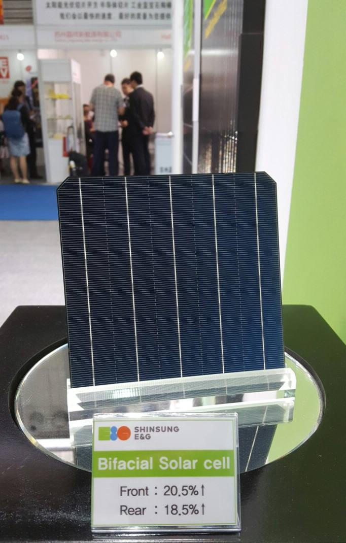 신성이엔지가 중국 SNEC에서 전시한 단결정 고효율 양면 태양전지.[자료:신성이엔지]