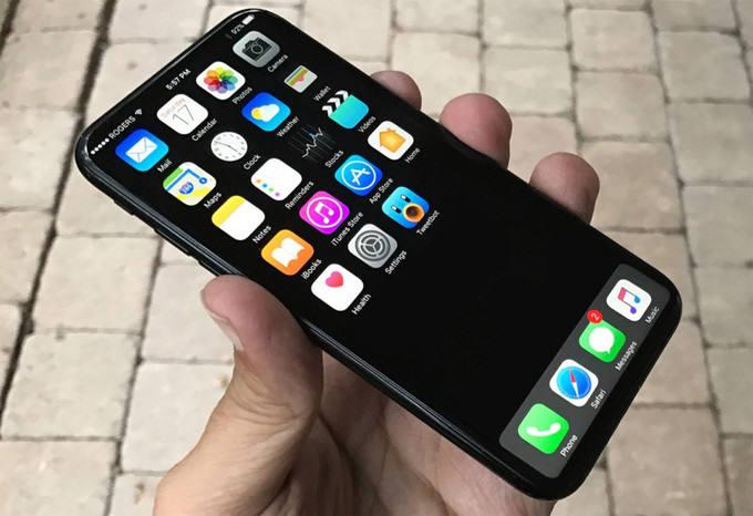 외신을 통해 유출된 아이폰8 추정 모델. 전면 홈버튼이 사라지고, 베젤리스 디자인을 적용한 게 눈에 띈다.