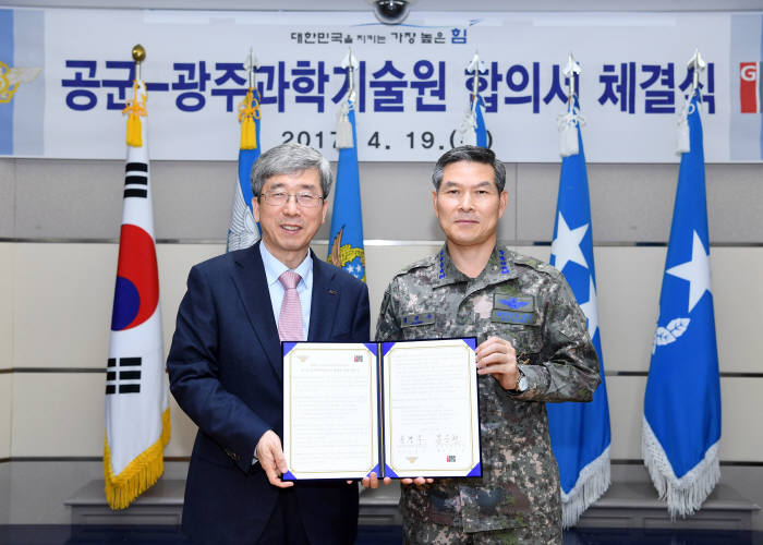 문승현 광주과학기술원 총장(왼쪽)과 정경두 공군참모총장이 19일 민·군 군사과학기술분야 협력을 위한 협약을 체결하고 있다.