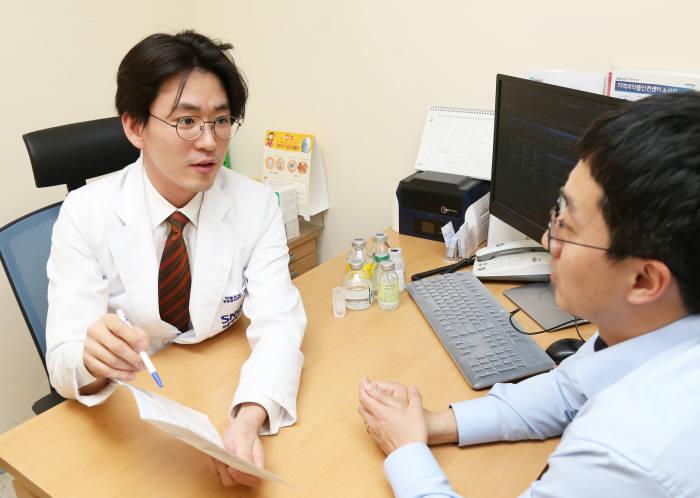 서울대병원 의료진이 약물유해반응을 상담 중이다.