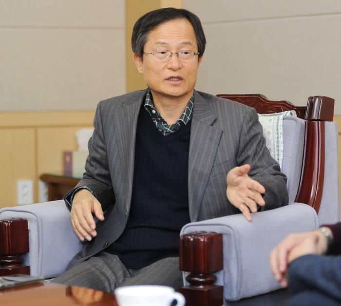 4차 산업혁명에 대응해 로봇, 에너지, 의료기기 분야 전략 육성 계획을 설명하고 있는 박경엽 KERI 원장.