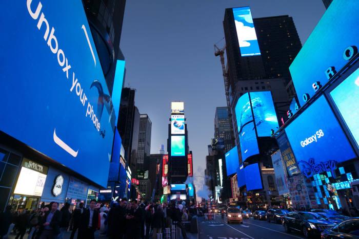 지난달 30일 갤럭시S8이 공개된 이후 뉴욕 타임스퀘어에 설치된 42개 옥외광고판은 신제품을 광고로 도배되며, 장관을 연출했다.