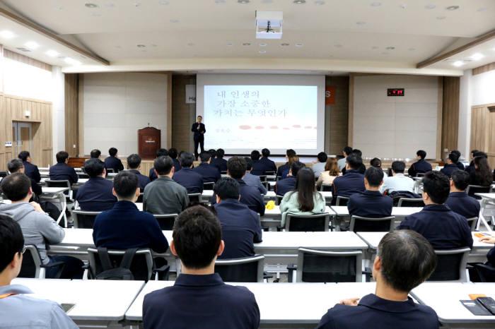 한화첨단소재는 20일 세종본사 대강당에서 컬쳐 클래스 프로그램을 진행했다고 밝혔다.