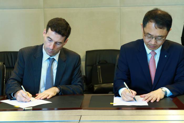 신동민 신한베트남은행 법인장(오른쪽)과 Dennis Hussey ANZ BANK 베트남 법인장(왼쪽)이 계약서에 서명하고 있는 모습