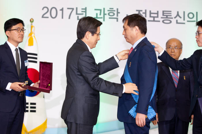 '2017 과학·정보통신의 날 기념식'에서 황교안 대통령 권한대행(왼쪽 두 번째)이 이상준 포항공대 교수에게 과학기술훈장 창조장을 수여하고 있다.