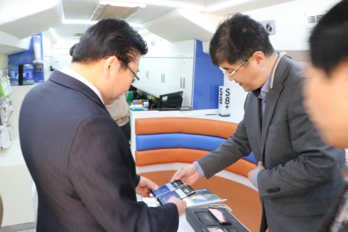 한국전자정보통신산업진흥원은 20일 전라남도 강진군 병영초등학교에서 '휴대폰 및 가전제품 무상 점검 순회 서비스'를 제공했다.