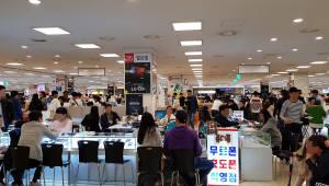 '갤럭시S8' 판매 첫 주말 유통점 '활기'