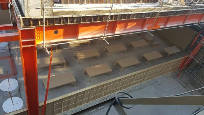 강남구 신사동 가로수길에 위치한 애플스토어 1호점 공사현장 모습. 매장 내부에는 18개 대형 테이블이 배치됐다.