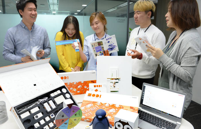 럭스로보 직원들이 모디 제품 관련 회의를 진행하고 있다.