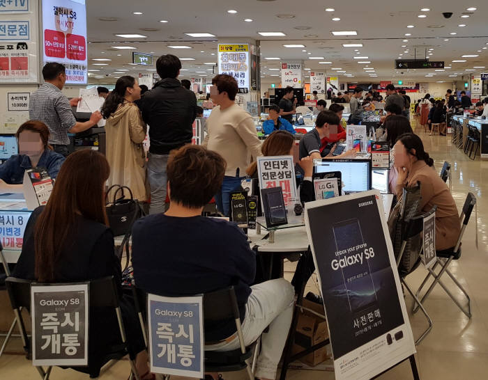 갤럭시S8이 출시된 이후 첫 주말인 지난 22일, 신도림 테크노마트 9층에서 다수 소비자가 휴대폰 개통 상담을 받고 있다.