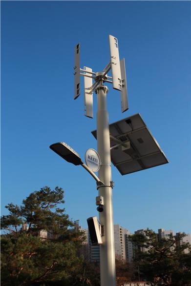 한국환경산업기술원 신청사에 설치된 풍력 태양광 하이브리드 가로등. [자료:환경산업기술원]