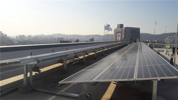 한국환경산업기술원 신청사 옥상에 설치된 태양광발전설비. [자료:환경산업기술원]