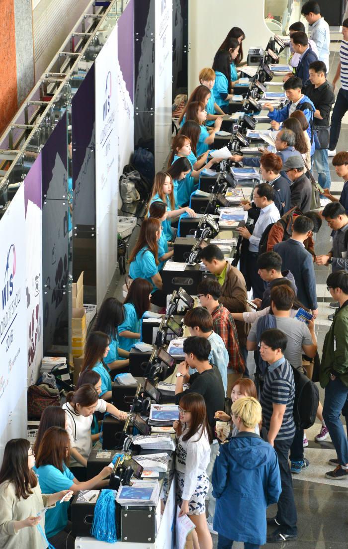ICT 최대 전시회 '월드IT쇼(WIS) 2017'이 오는 24일 서울 코엑스에서 화려한 막을 올린다. 27일까지 나흘 동안 우리나라는 물론 세계인의 눈과 귀를 집중시킬 전망이다. 지난해 열린 WIS 2016의 모습.