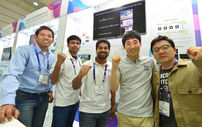 ICT 최대 전시회 '월드IT쇼(WIS) 2017'이 오는 24일 서울 코엑스에서 화려한 막을 올린다. 27일까지 나흘 동안 우리나라는 물론 세계인의 눈과 귀를 집중시킬 전망이다. 지난해 열린 WIS 2016의 부대행사인 '창의ICT융합인재포럼' 참가자들이 기념촬영을 하고 있다.