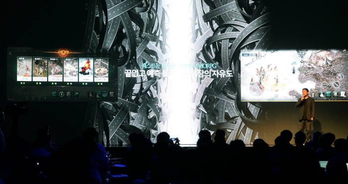엔씨소프트는 6월 21일 국내 양대 마켓인 구글플레이와 애플 앱스토어에 '리니지 M'을 출시한다. 16일 서울 역삼동 더 라움에서 리니지 M의 미디어 쇼케이스인 '리니지 더 서밋'을 열었다. 게임이 소개되고 있다. 박지호기자 jihopress@etnews.com