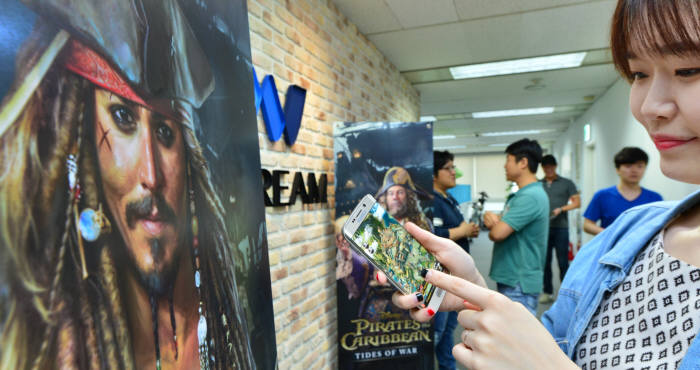 한국과 중국 게임 개발업체들이 할리우드 영화를 모바일게임으로 제작하기 위해 지식재산권(IP) 확보 경쟁에 나섰다. 18일 '캐리비안의 해적' 모바일 게임을 운영 중인 엔드림. 윤성혁기자 shyoon@etnews.com