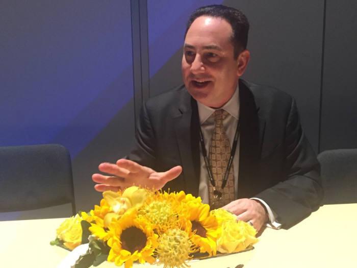 조나단 베처 SAP 최고디지털책임자(CDO)가 17일(현지시간) 미국 올랜도 '사파이어나우' 행사에서 SAP IoT 기기를 설명하고 있다.