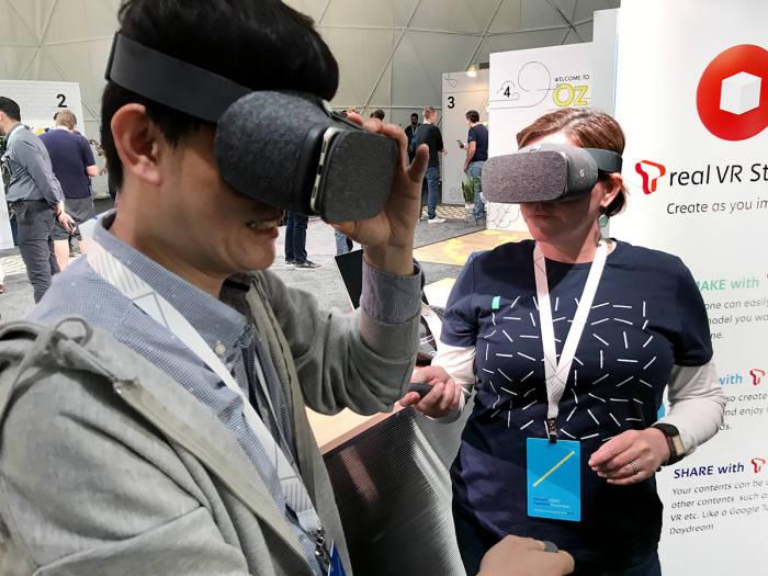 SK텔레콤과 구글 직원들이 미국 캘리포니아 마운틴뷰 구글 본사 야외부스에서 T real VR Studio를 시연하고 있는 모습.