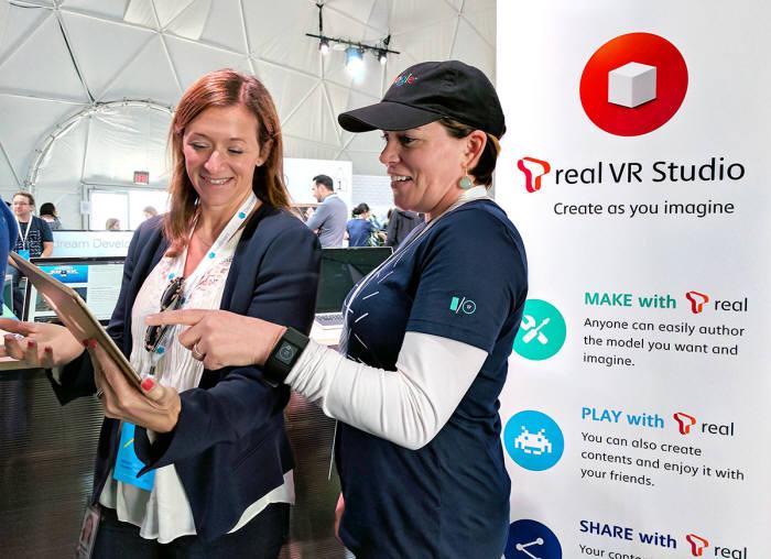 구글 직원들이 미국 캘리포니아 마운틴뷰 구글 본사 야외부스에서 T real VR Studio를 시연하고 있는 모습.