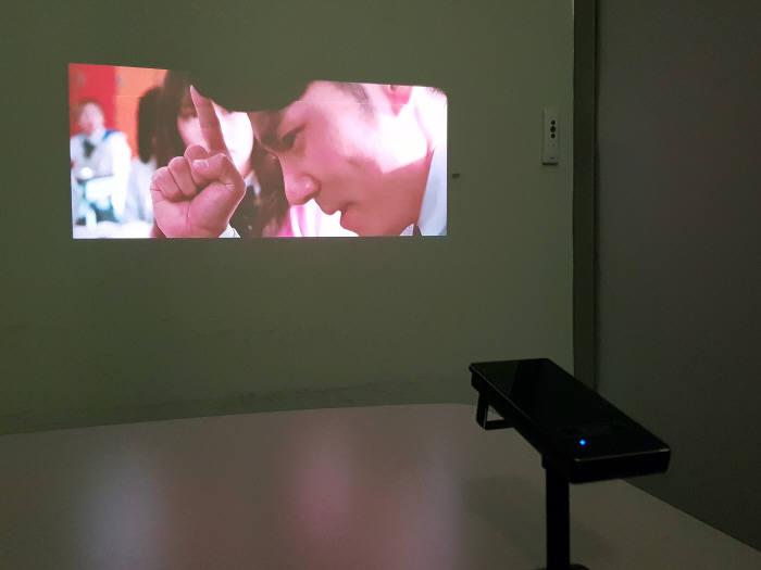 U+포켓빔을 활용해 영화를 시청하는 모습.