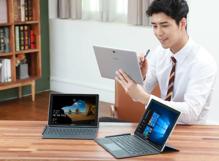 모델이 삼성전자 태블릿 '갤럭시 북'을 사용하고 있다.