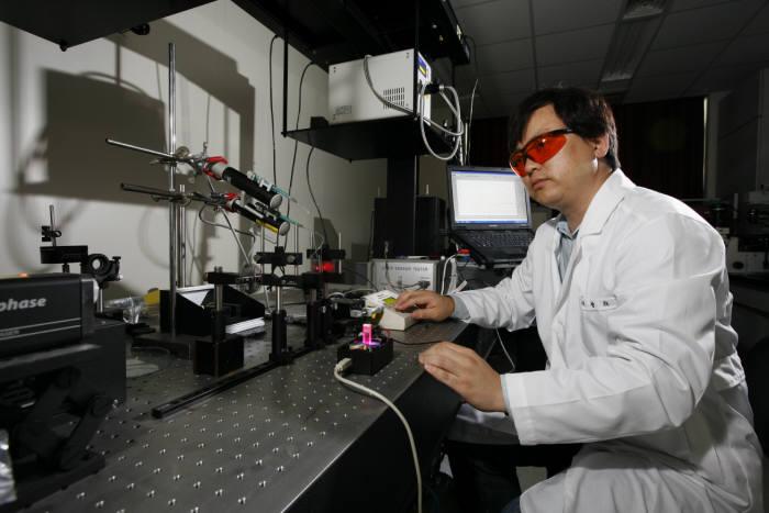 KERI 첨단의료기기연구본부 연구원이 최신 융복합 의료기기 연구개발체계를 강화하며 의료기기를 연구하고 있다.