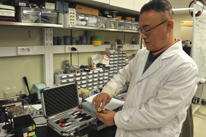 김용태 한국표준과학연구원 의료융합측정표준센터 센터장이 초음파 표준변환기를 살피고 있다.