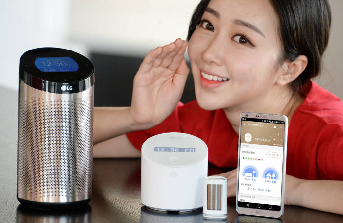 사용자와 대화하는 인공지능 기기 '스마트씽큐 허브 2.0' 등 LG전자의 홈 IoT 기기