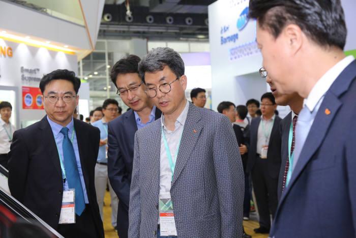 김형건 SK종합화학 사장(왼쪽 3번재)이 차이나 플라스 2017 전시장을 둘러봤다. [자료:SK이노베이션]