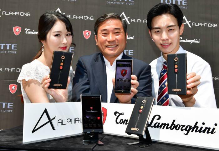 남민우 다산네트웍스 회장(가운데)이 모델들과 람보르기니 스마트폰 '알파원'을 소개하고 있다.