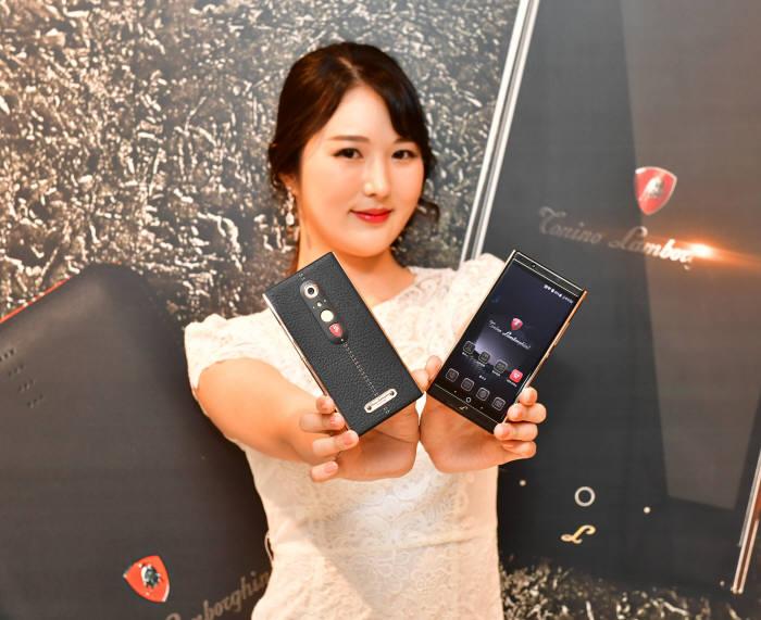 모델이 람보르기니 스마트폰 '알파원'을 소개하고 있다.