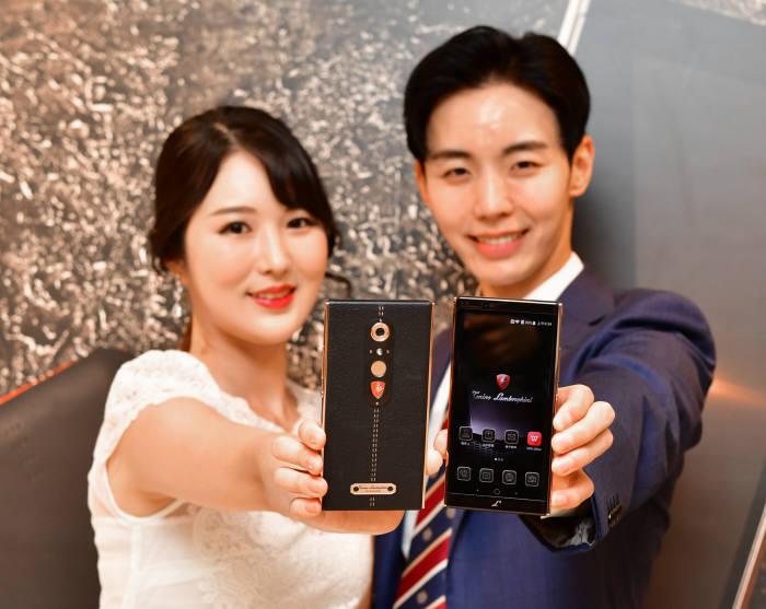 모델들이 람보르기니 스마트폰 '알파원'을 소개하고 있다.