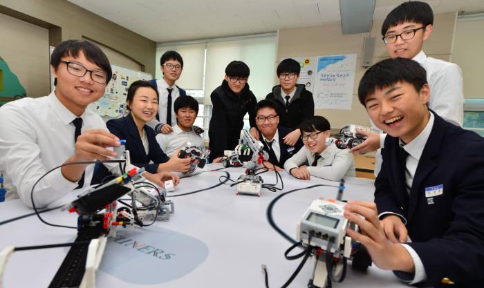 부산시 동래 부산동신중학교 이채영 선생님과 학생들이 프로그래밍한 라인트레이서 로봇으로 수업을 진행하고 있다. 부산=윤성혁기자 shyoon@etnews.com