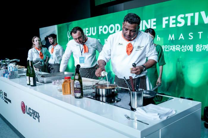 세계 유명 5성급 호텔 주방장 경험이 풍부한 비크람 가르크 셰프(오른쪽)가 LG 디오스 하이브리드 전기레인지를 이용해 요리하는 모습.