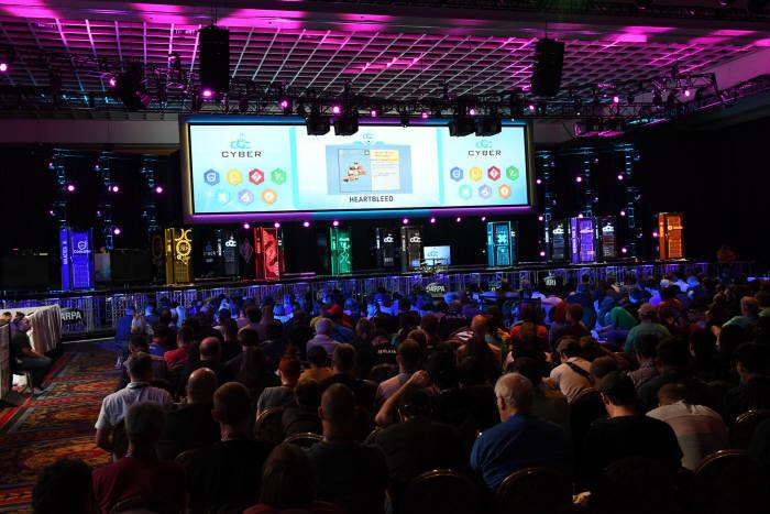 지난해 미국 국방부가 개최한 AI 사이버전 대회 '사이버 그랜드 챌린지(CGC)' 의 모습. 7개 대학·기업 팀이 참여해 '메이헴'이 우승을 거뒀다.